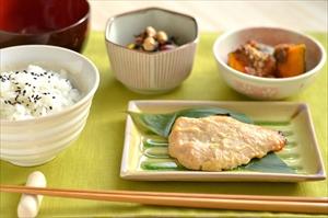 太田市で和食のランチは【漣(さざなみ)】へ-和食は健康を意識する方におすすめ-。一汁三菜(魚、味噌汁、豆料理、カボチャとごはん)の和食画像